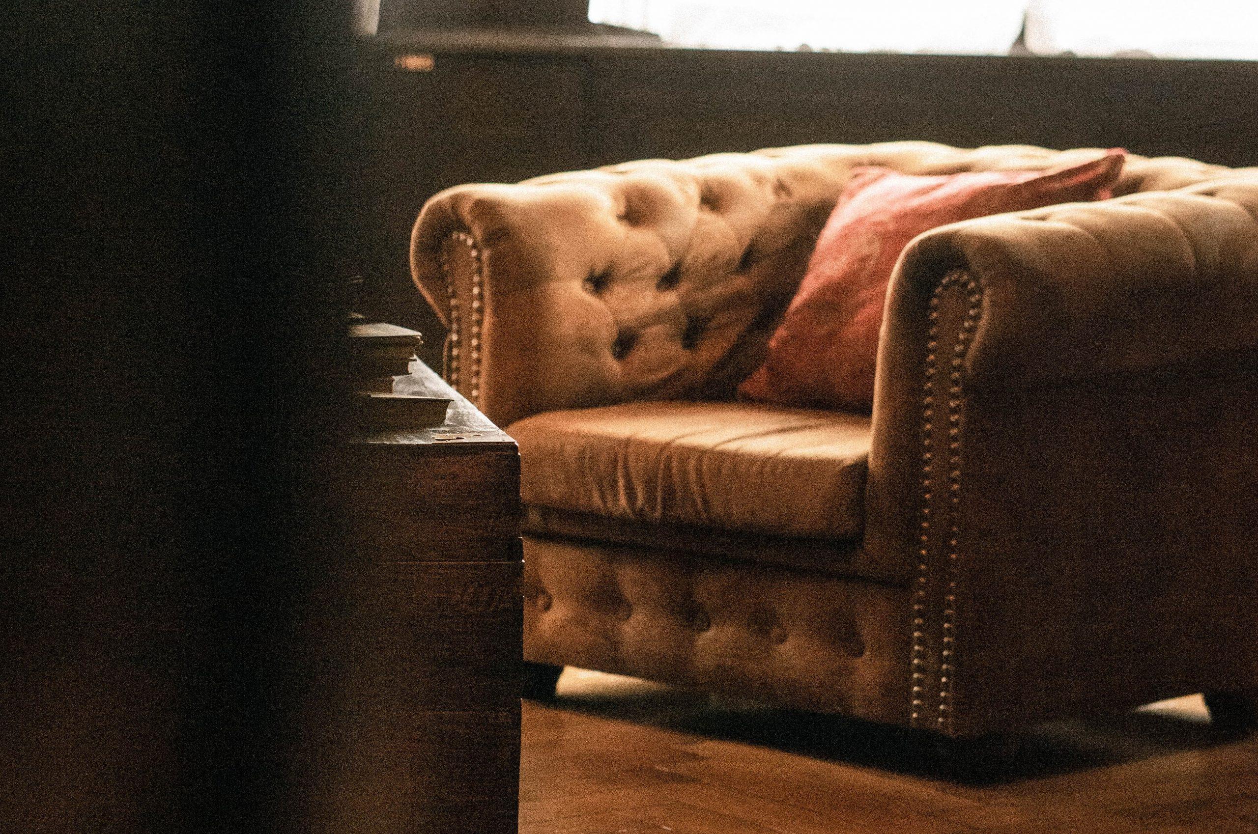 Le fauteuil Chesterfield en velours : un meuble élégant pour son salon